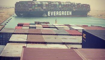 Un buque encalló en el Canal de Suez y parte del comercio mundial quedó paralizado