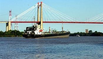Lo que faltaba: un buque encallado en el Paraná