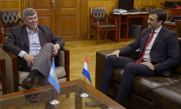 El ministro Buryaile junto al viceministro paraguayo, Marcos Medina.
