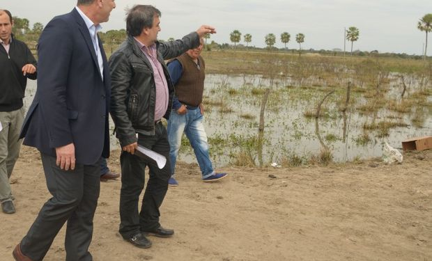 Buryaile visitó productores afectados.