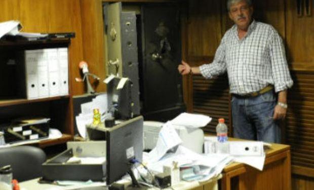 El titular de Federación Agraria, Eduardo Buzzi, señaló la caja fuerte de donde se llevaron dinero y documentos (Foto: V. Benedetto)