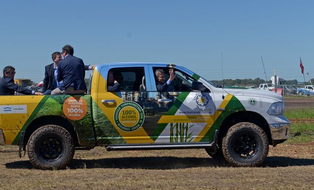 El Presidente Macri recorrió Expoagro en la camioneta que funciona a bioetanol.
