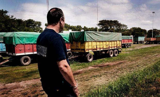 Camiones de granos paralizados en la ciudad santafecina de Armstrong por la menor actividad en el campo.