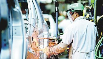 En octubre volvió a caer la producción industrial y ya acumula una baja del 4,7% en el año