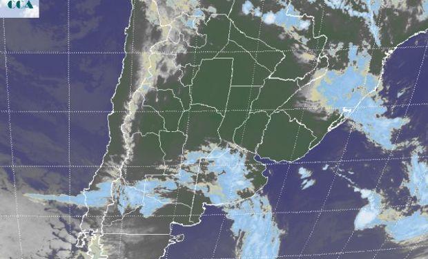 Desarrollo de coberturas nubosas asociadas al avance de un sistema frontal que por lo pronto no parece imponer una situación de precipitaciones.