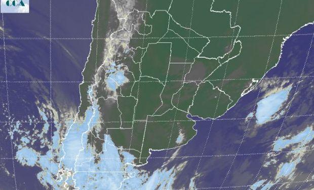La foto satelital, permite observar trazos de nubes bajas en zonas de BA, la Mesopotamia, SF, CB y Santiago del Estero.
