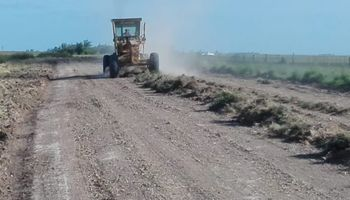 Buenos Aires puso en marcha un plan para la mejora de caminos rurales y anunció obras en dos localidades