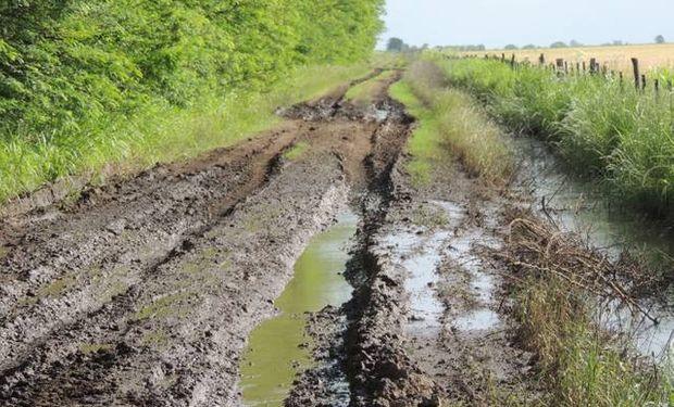 Inundaciones afectan a la provincia de Córdoba y ponen en riesgo el transporte de la cosecha por los caminos repletos de agua.