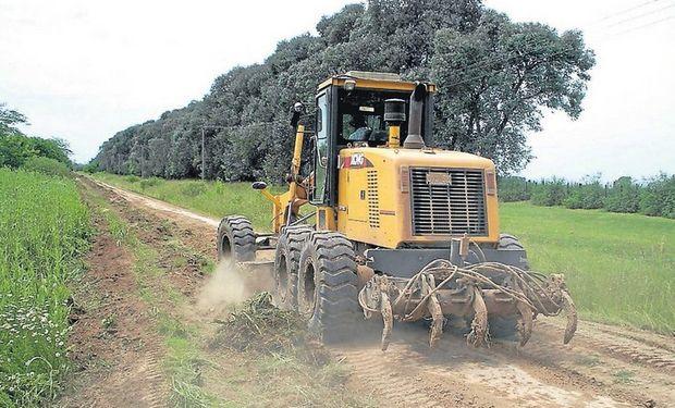 Las máquinas contratadas por la Asociación de Productores van y vienen cambiando la geografía vial. Foto: Gentileza ARPA