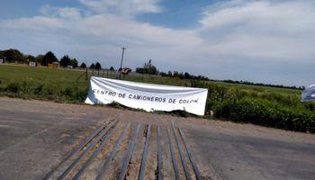 Vías bloqueadas: camioneros impidieron el ingreso de un tren en busca de granos