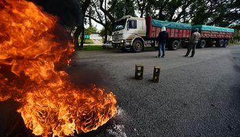 El paro de camioneros se desarrolla entre violencia y repudios