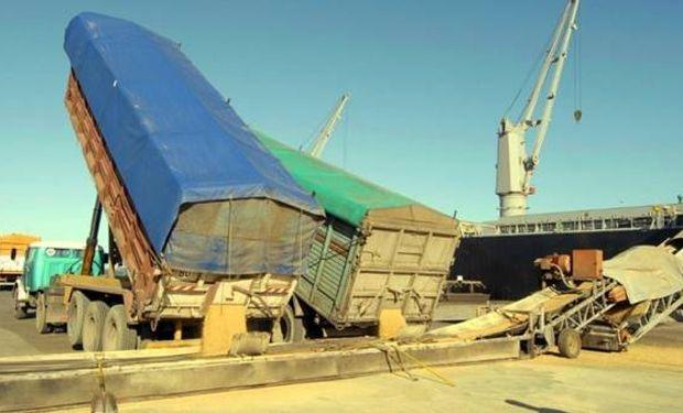 Camioneros deben enfrentar un complejo sistema mientras esperan para ingresar al puerto.
