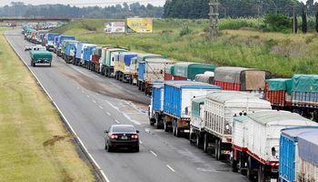 Falta que ingrese el 80% de los camiones con soja y el 70% con maíz al Gran Rosario