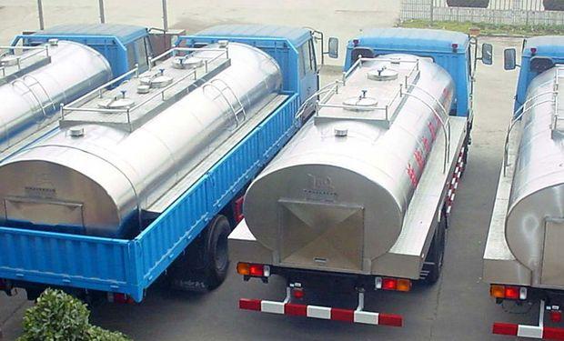 Camiones lecheros parados.