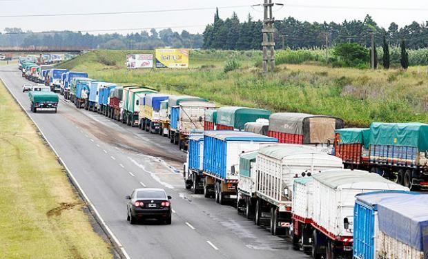 La coincidencia de camiones cargados con soja y la falta de concreción de obras de infraestructura provocan que las esperas para descargar sean demasiado prolongadas.