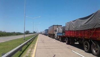 Hubo comunicación con el Gobierno, pero el paro de transportistas se mantiene