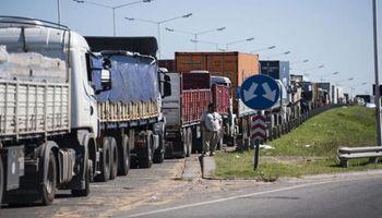 Cientos de camiones se amontonan ante bloqueos de Aceiteros