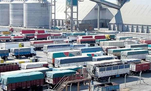 En el puerto de Rosario y en las terminales que conforman el Complejo de la Hidrovía Paraná-Paraguay se registró el ingreso de 400 camiones.