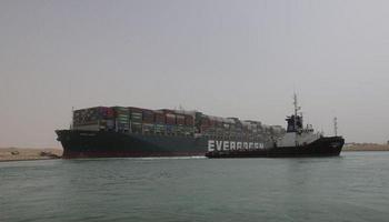 """""""Ballena varada"""": podrían tardar semanas en liberar el buque que se clavó en el Canal de Suez"""