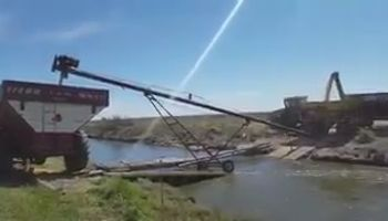Mirá cómo sacan la cosecha en Banderaló a pesar de las inundaciones