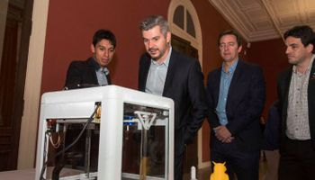 Estudió por correo e inventó una impresora 3D que usa caña de azúcar