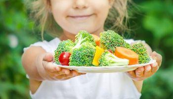 El 61 % de los argentinos cree que a los más chicos se les enseña a comer menos carne