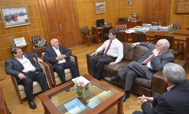 El ministro Casamiquela y el secretario Delgado junto al titular de CEPA, Roberto Domenech, el gerente, Carlos Sinesi y el Tesorero de la misma, Francisco Santangelo.