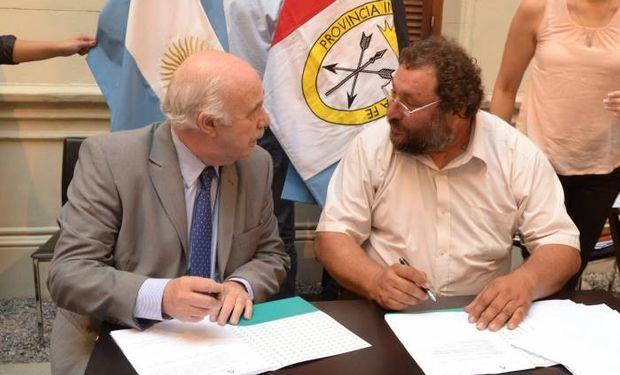 El ministro Casamiquela durante la firma del convenio con la comuna de Colonia Cello, con su jefe Jorge Enrico