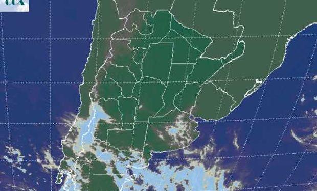 La foto satelital presenta el tránsito de un sistema frontal por la Patagonia el cual es impedido de avanzar en forma franca sobre la región pampeana.