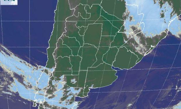 La foto satelital presenta cielos mayormente despejados en buena parte de la región pampeana.