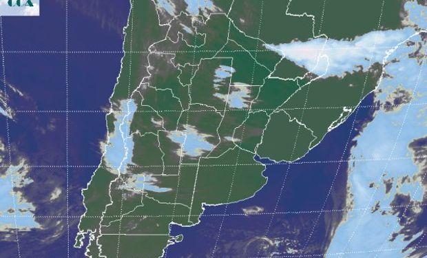 En la foto satelital se observa el tránsito de alguna nubosidad sobre el sur de CB.