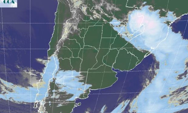 En la foto se aprecia la banda nubosa asociada al frente, con la zona activa en el extremo noreste del país y su zona vecina.