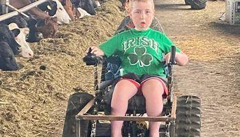 Tiene 12 años, sufre distrofia muscular y es la estrella de las redes con su pasión por el campo