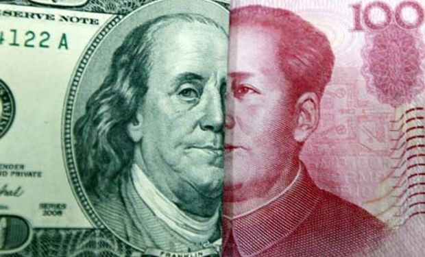 """El yuan retrocedió hasta su nivel más bajo frente al dólar en casi tres años, después de lo que el Banco Popular de China describió como una """"depreciación excepcional""""."""