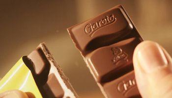 Prohíben la venta de dos reconocidos chocolates por el robo de un camión