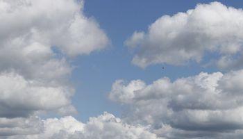 Cielo algo a parcialmente nublado