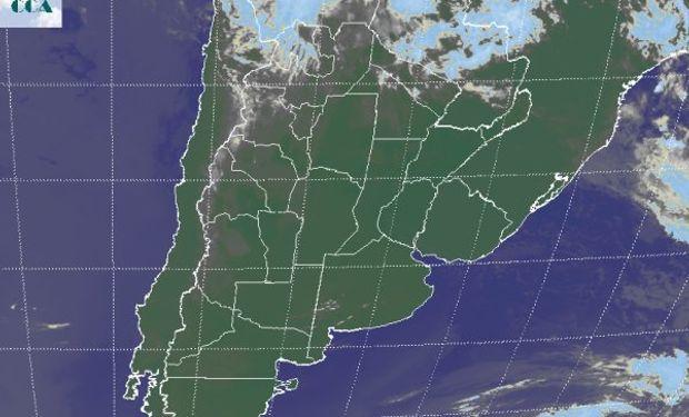 En la foto satelital se aprecia el predominio de cielos despejados en casi toda el área agrícola principal, incluso sobre el sur de Brasil.