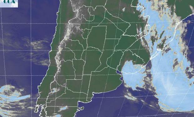 Algunas perturbaciones menores transitan la Patagonia hacia el océano, con mínimas posibilidades de afectar el sur de la región pampeana, más allá de algún aumento temporario de las coberturas nubosas.