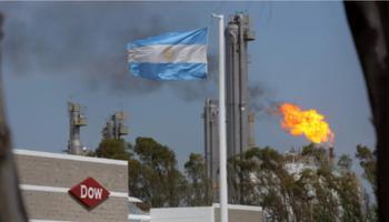 La crítica del Gobierno a dos empresas de insumos que cierran negocios en Argentina