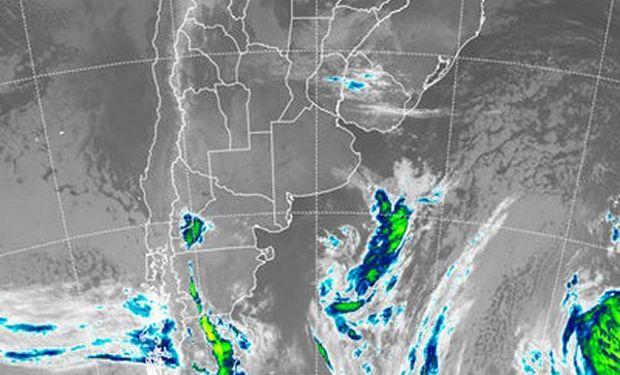 En el recorte de imagen satelital, comienzan a ganar cobertura las nubes bajas.