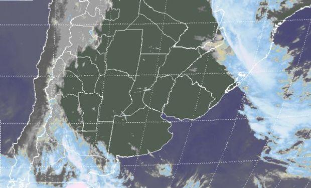 En el recorte de imagen satelital, se aprecia toda la zona productiva de Argentina ubicada entre dos sistemas frontales.