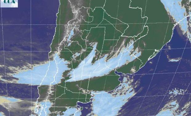 En el recorte de imagen satelital se aprecia como la perturbación que avanza desde el oeste se ha logrado filtrar entre dos zonas más estables.