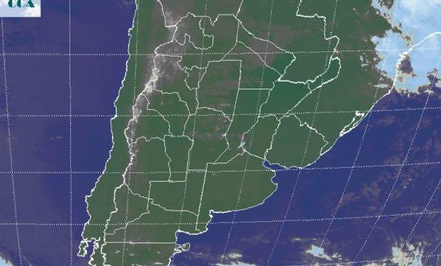 La foto satelital presenta un despliegue de nubes bajas que desde el NOA, se extienden hacia el oeste del NEA y hacia el centro de CB.