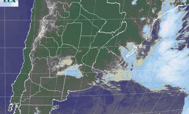 Sobre el centro sur de CB y el noroeste de BA, la imagen satelital nos permite identificar las coberturas nubosas más compactas.