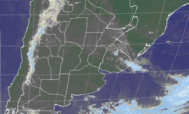 En el recorte de imagen satelital, se observa un bloque compacto de coberturas de nubes bajas que toma buena parte del norte del país.