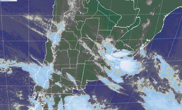 En la foto satelital, se aprecian las coberturas nubosas que afectan el centro este del país y las vecindades de Uruguay.