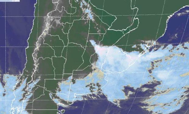 La foto satelital permite apreciar nubes de mayor desarrollo posicionadas en una franja que persiste sobre el norte de ER y se extiende hacia Uruguay.