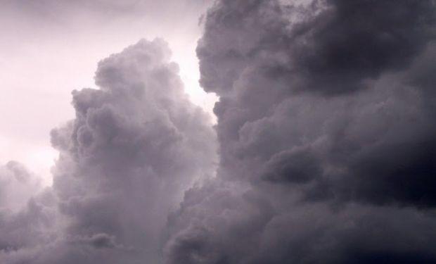Se esperan tormentas fuertes aisladas sobre regiones del centro.