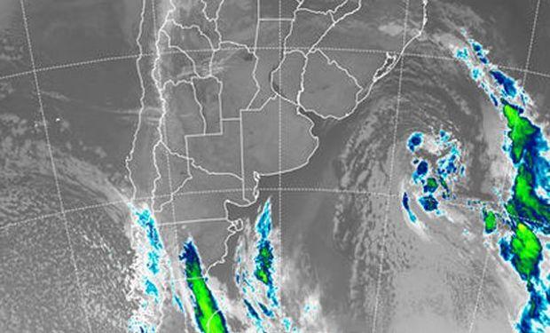 En el recorte de imagen satelital, puede apreciarse, muy desplazada hacia el este, la baja presión que impulsara el frente del fin de semana.