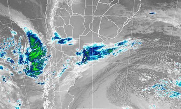 Se destacan con claridad las nubes de mayor desarrollo que transitan el sur de la provincia de Buenos Aires.